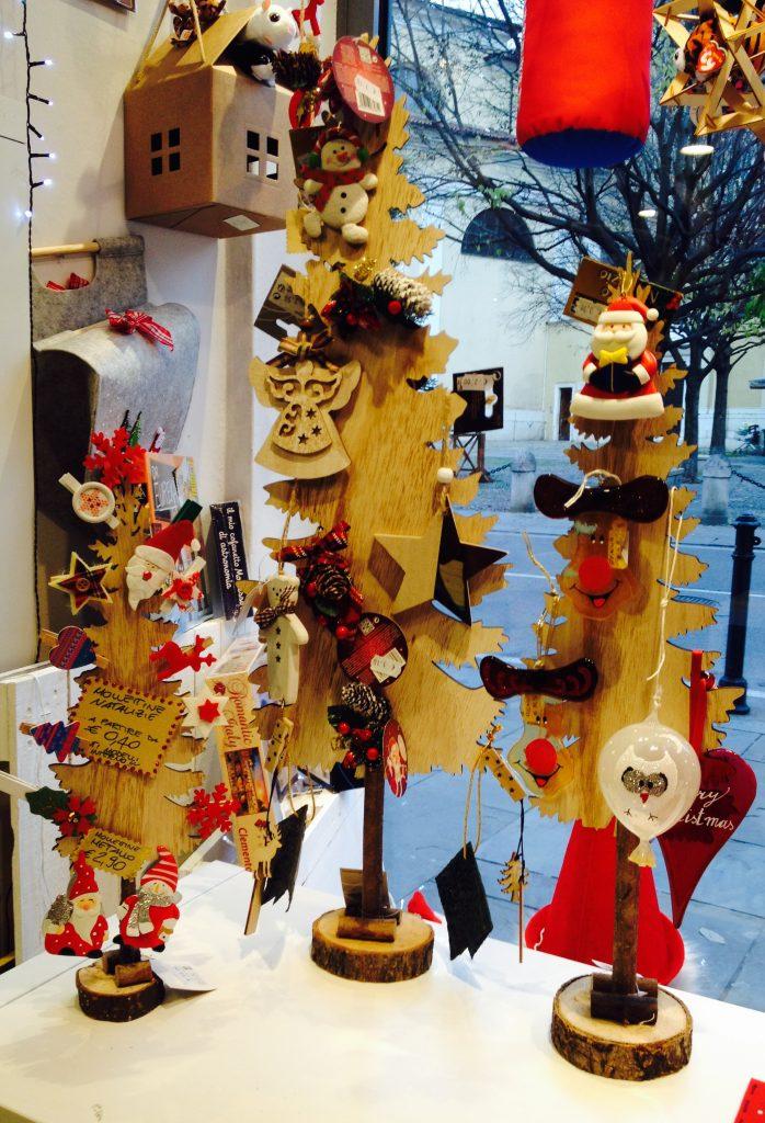 albero di natale con decori natalizi